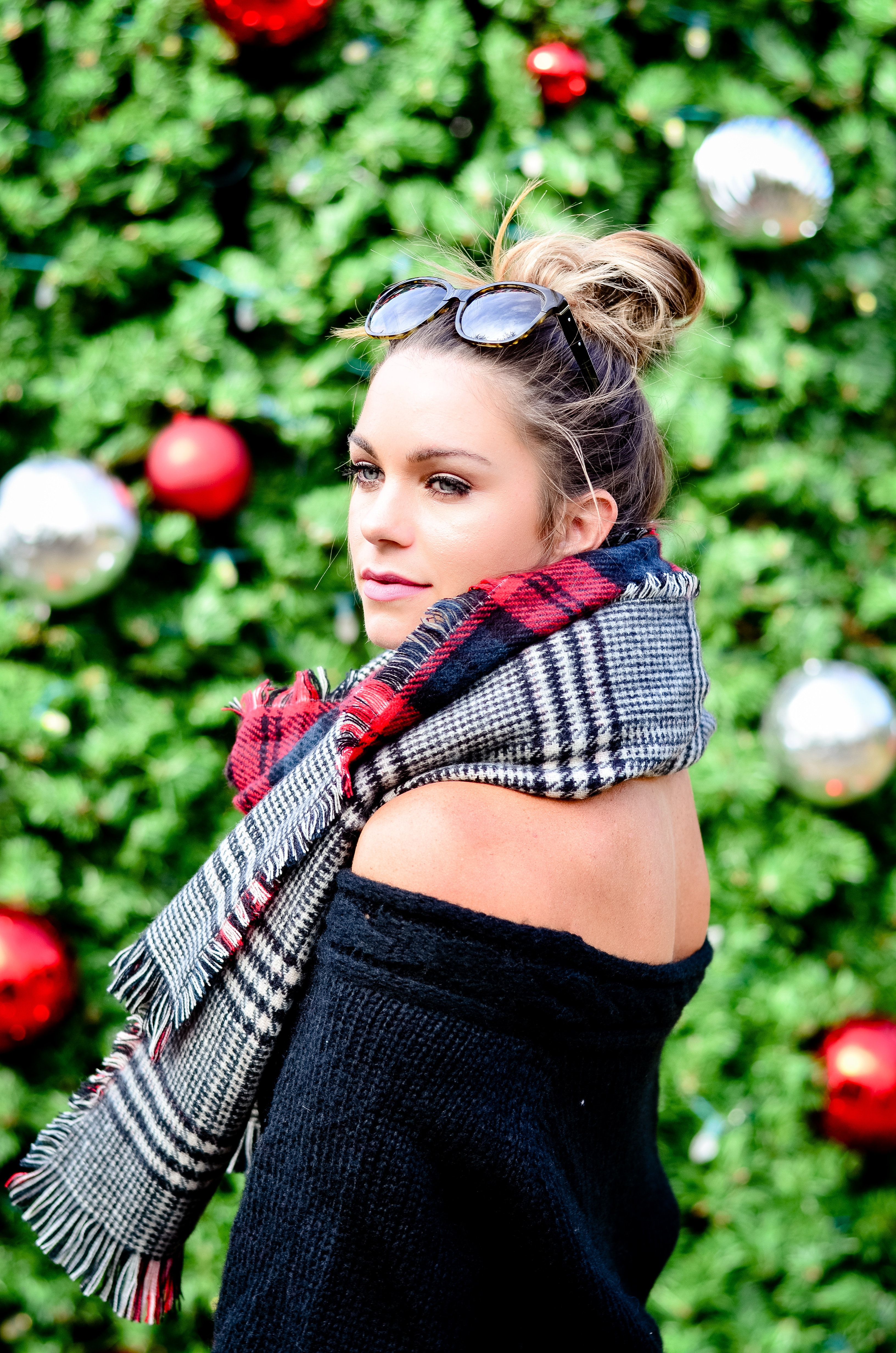 black-off-the-shoulder-sweater-and-christmas-tree-38