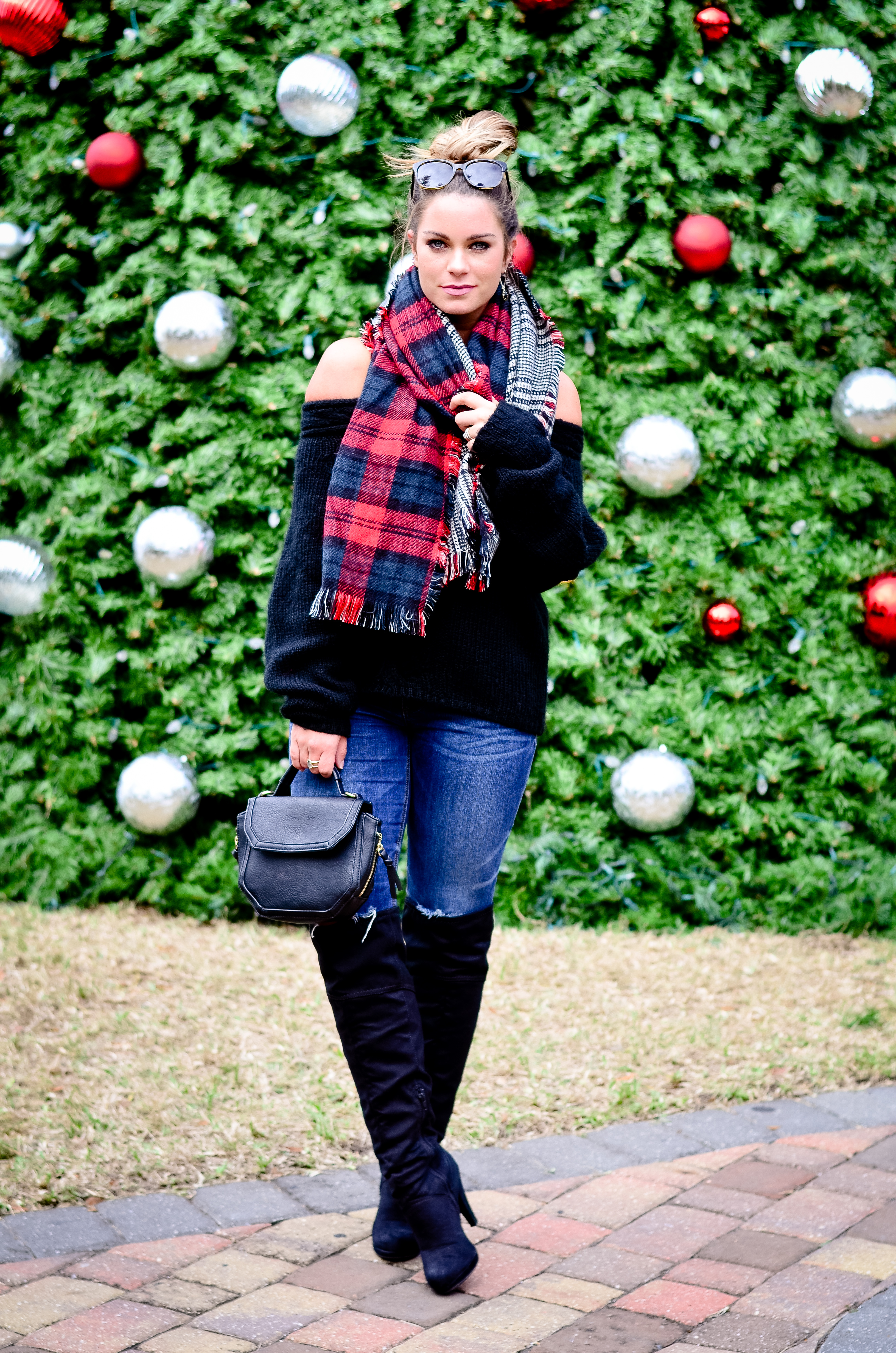 black-off-the-shoulder-sweater-and-christmas-tree-8